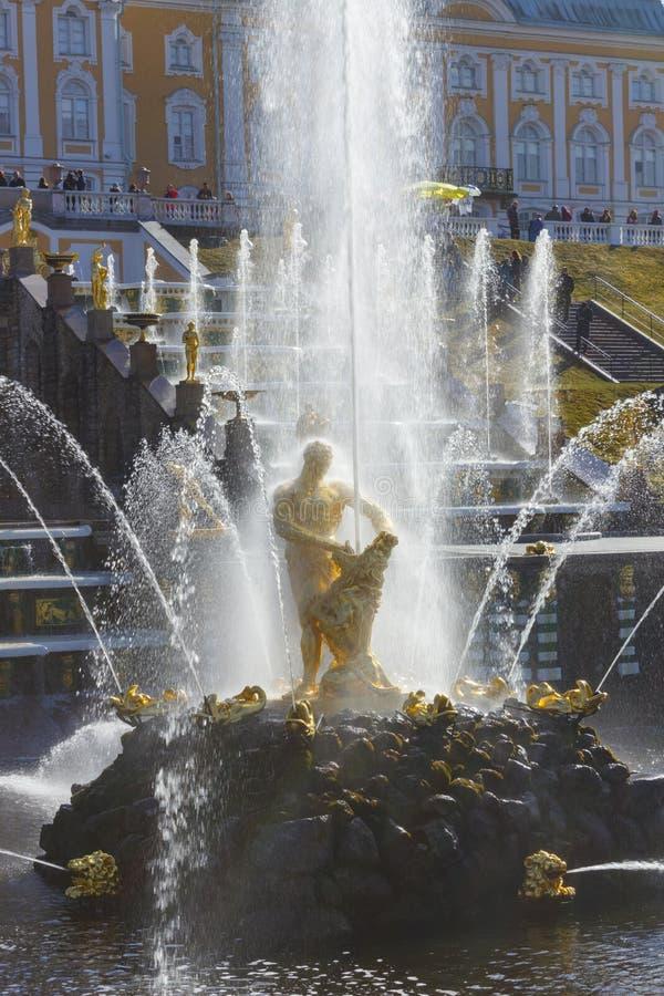 Peterhof παλατιών χαμηλότερες πηγές καταρρακτών πάρκων μεγάλες Το παλάτι Peterhof που περιλαμβάνεται στον κατάλογο παγκόσμιων κλη στοκ φωτογραφία με δικαίωμα ελεύθερης χρήσης