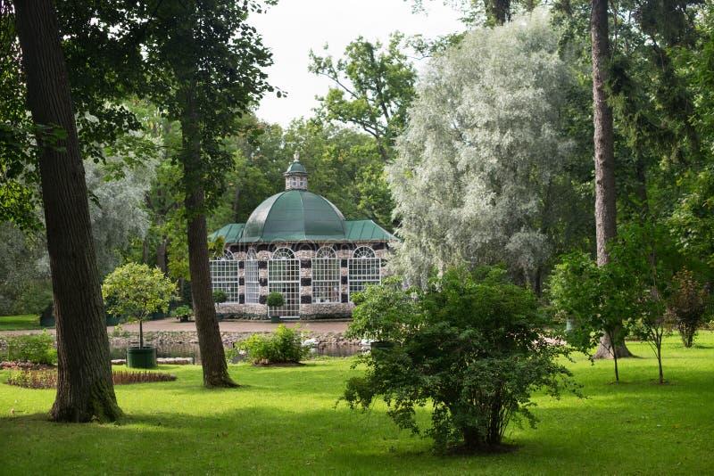"""Peterhof, парк с зданием а, """"¾ Ñ ³ Ð 'ÐΜрРПÐΜÑ, ¹ ¾ Ð ¹ кР¾ Ð 'рР Ñ ¾ Ñ ¿ Ð  Ð ¿ арк Ñ Ð стоковое изображение"""