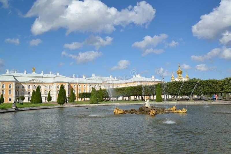 peterhof Россия Взгляд фонтана дуба против грандиозного дворца Peterhof Верхний сад стоковая фотография