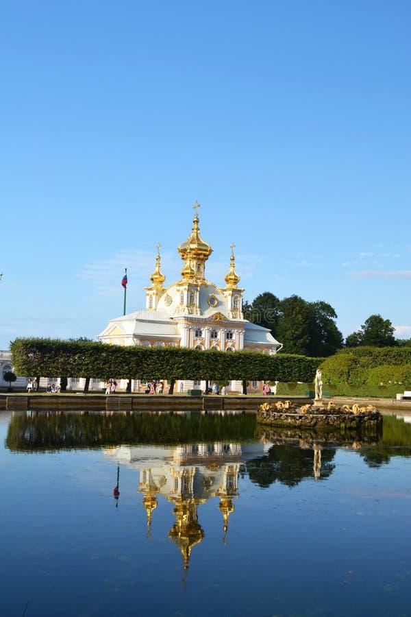 Download Peterhof fotografia stock. Immagine di chiesa, palazzo - 56883228