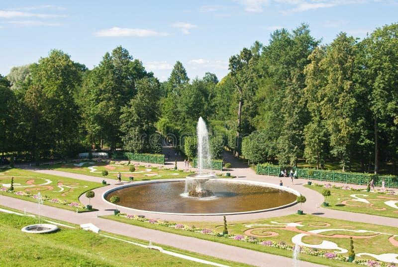 Peterhof. Abaixe o parque. Bacia da fonte fotos de stock royalty free