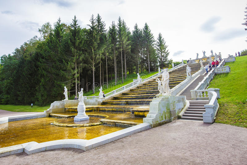 Peterhof att gå parkerar royaltyfri bild