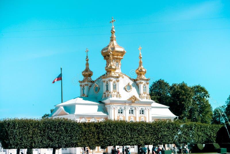 Peterhof Corpo grande da igreja do palácio foto de stock