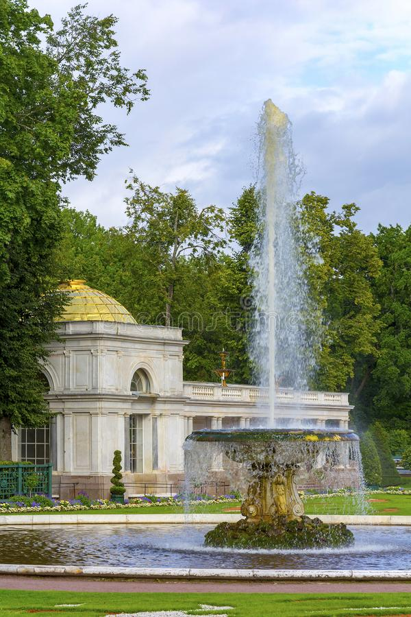 Peterhof, der große italienische Brunnen lizenzfreies stockfoto