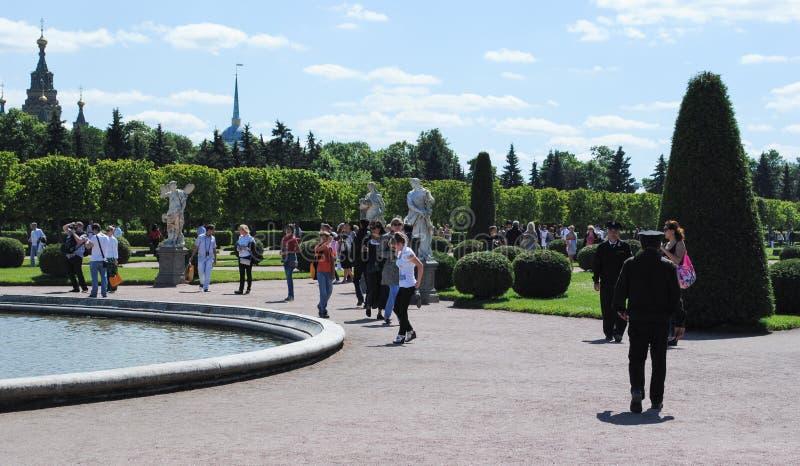 PETERHOF, RÚSSIA - 1º DE JULHO DE 2011: construções do palácio complexo de Peterhof imagens de stock