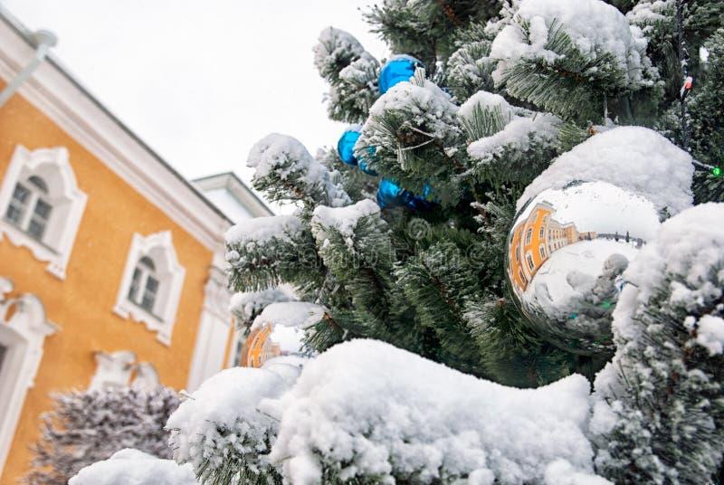 Peterhof Rússia A árvore de Natal no jardim superior foto de stock royalty free