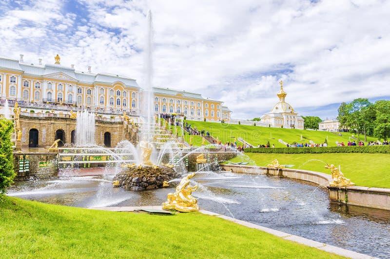 PETERHOF, RÚSSIA - 16 DE JUNHO DE 2015: A grande cascata em Peterhof, fotografia de stock