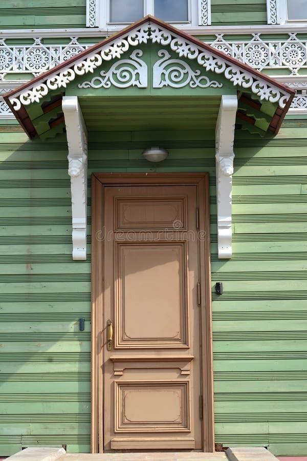 Peterhof, Rússia Entrada à construção de madeira da propriedade anterior do mim A Khrushchev 1870-1889 fotos de stock royalty free