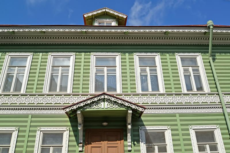 Peterhof, Rússia Fachada da construção de madeira da propriedade anterior do mim A Khrushchev 1870-1889 imagem de stock