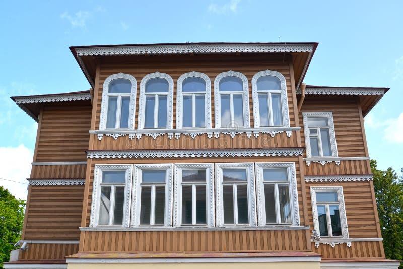 Peterhof, Rússia Fachada da construção de madeira da propriedade anterior do mim A Khrushchev 1870-1889 imagem de stock royalty free