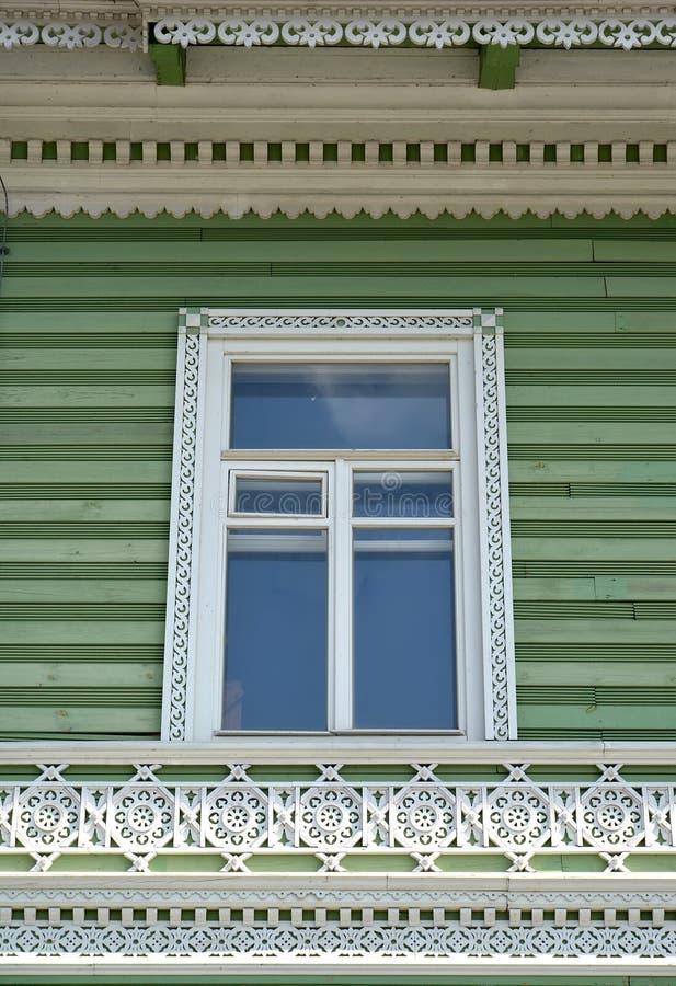 Peterhof, Rússia Platband e decoração cinzelados de madeira de uma fachada da construção da propriedade anterior do mim A Khrushc fotos de stock