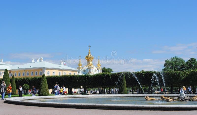 PETERHOF ROSJA, LIPIEC, - 01, 2011: budynki powikłany Peterhof pałac obrazy stock