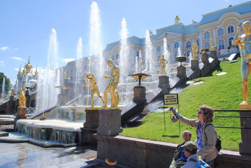PETERHOF ROSJA, LIPIEC, - 01, 2011: Piękne złote rzeźby w Uroczystej Kaskadowej fontannie w Peterhof zdjęcia royalty free