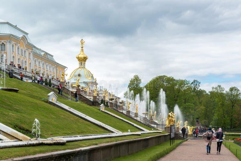 Peterhof, Rusia - 3 de junio 2017 Fuente grande de la cascada delante del palacio grande fotos de archivo libres de regalías