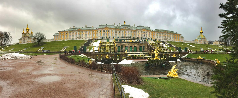 PETERHOF, RUSLAND 20-2016 NOVEMBER: het paleis en het park met werkende niet fonteinen tijdens niet toeristenseizoen van het begi stock afbeelding