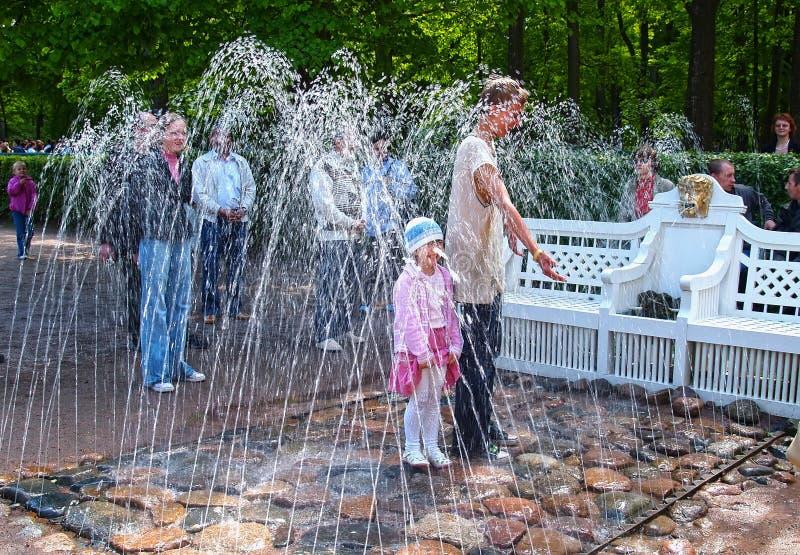 peterhof russia Bänkspringbrunnsmällaren i den Monplezirsky trädgården arkivbilder