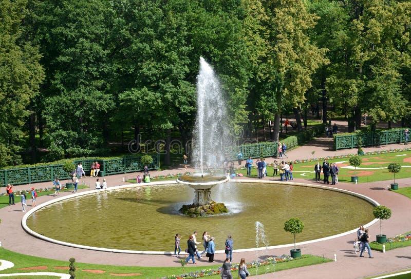 peterhof russia Bunkespringbrunnen i Nizhny parkerar royaltyfria bilder