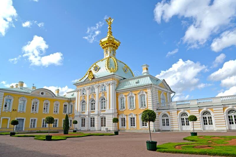peterhof russia Den speciala förrådsrummet för museum i en solig dag för sommar arkivbilder