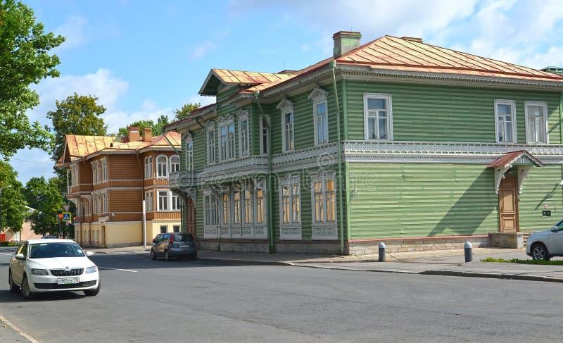 peterhof russia En sikt av byggnader I A Khrushchevs gods med territoriet royaltyfria foton