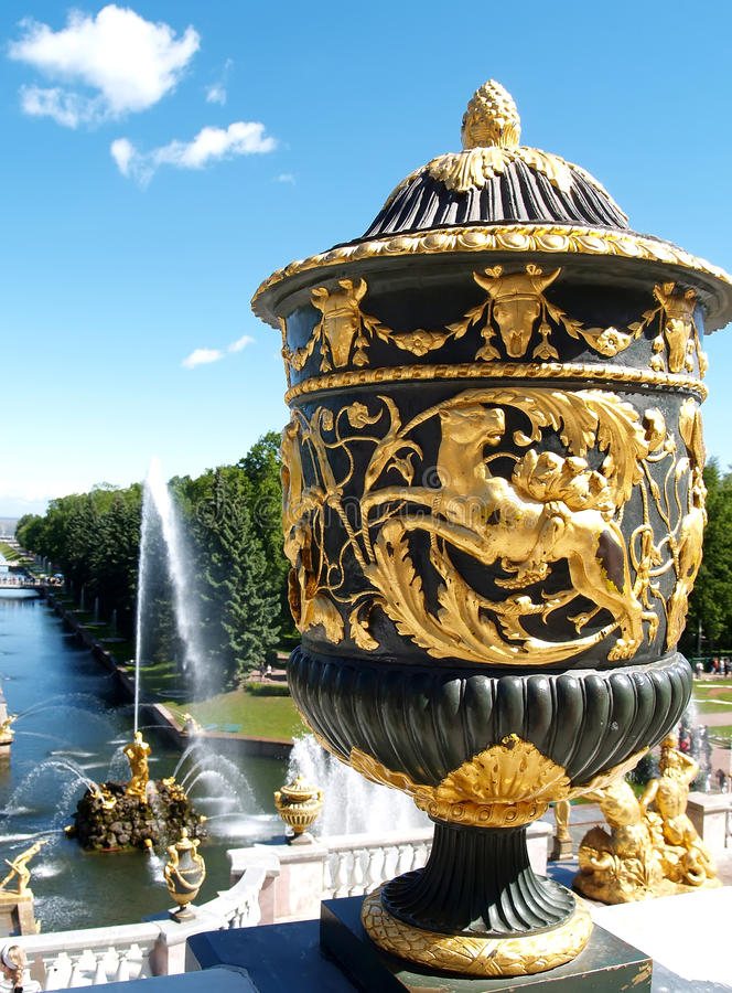 peterhof russia En sikt av den stora havskanalen royaltyfri bild