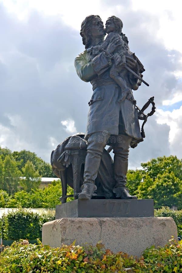 Peterhof, Russia Pyotr I tiene un monumento sulle mani del re Louis XV fotografie stock libere da diritti