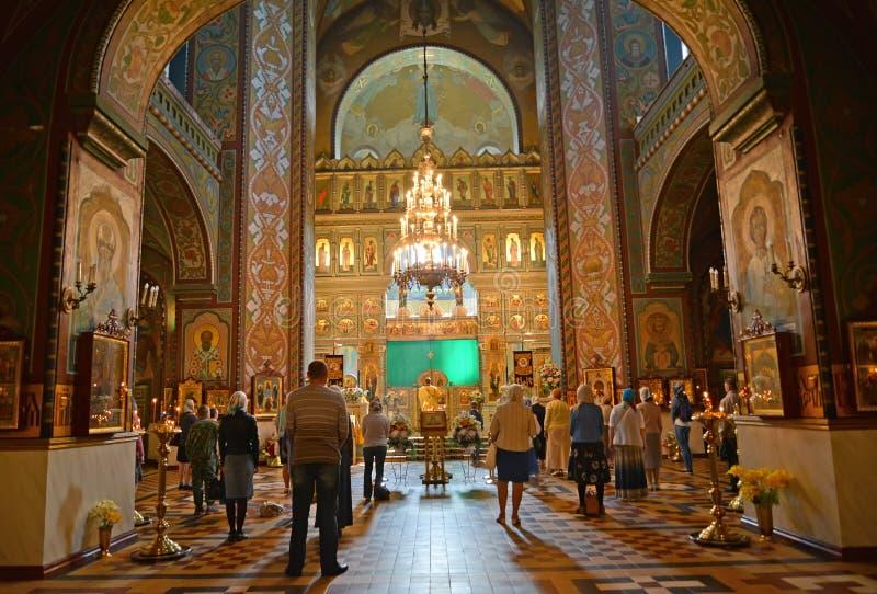 peterhof russia Troenden står på gudstjänst i domkyrka för helgon Pyotr och Pavels arkivfoto