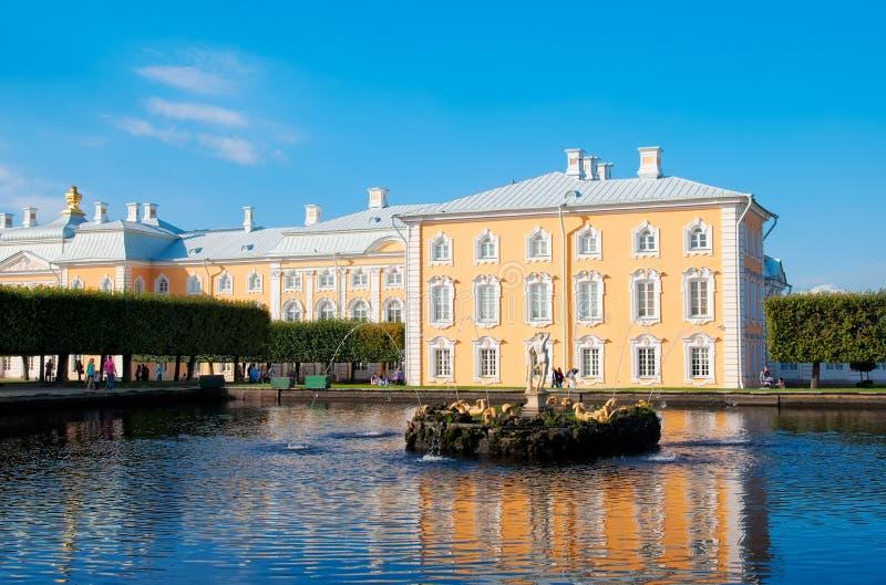 Peterhof Russie Étang carré oriental avec Apollo Sculpture photos libres de droits