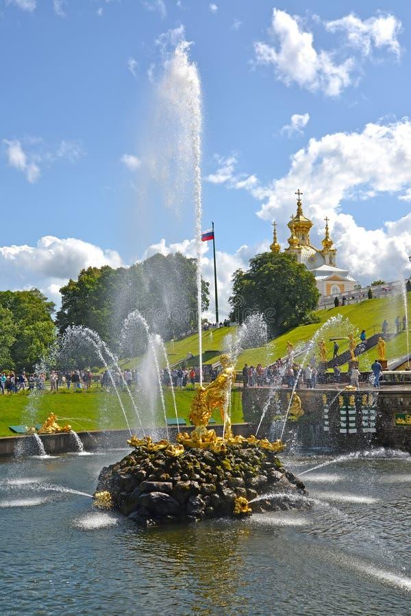 PETERHOF, RUSSIE - 24 JUILLET 2015 : Samson Who Is Tearing Apart une fontaine de Lion Mouth Abaissez le stationnement photo libre de droits