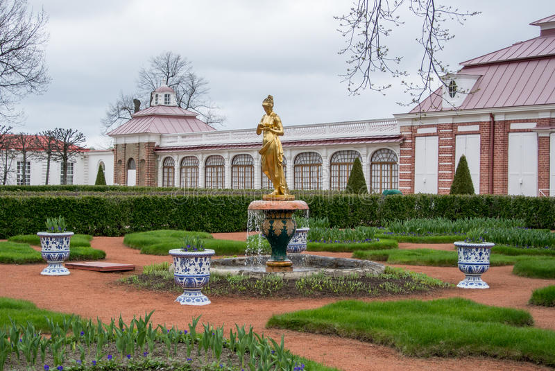 PETERHOF, RUSSIE - 10 MAI 2015 : Une fontaine d'or le le parc photographie stock