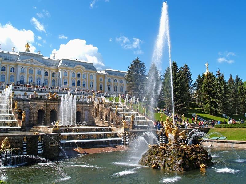 peterhof Russie Samson Who Is Tearing Apart une fontaine de Lion Mouth dans des sièges d'orchestre de Nizhny de parc images stock