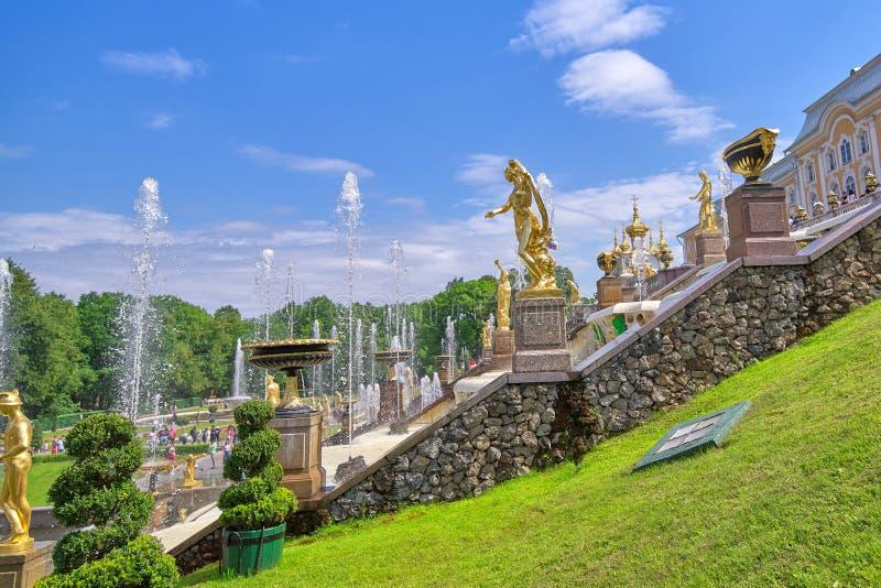 PETERHOF, RUSSLAND, Ansicht der großartigen Kaskadenbrunnen in Perterhof, St Petersburg lizenzfreie stockfotografie