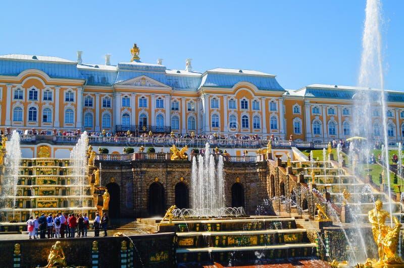 PETERHOF, RUSSLAND, 1 07 2017 Großartige Kaskade in Pertergof, Str Brunnenensembles i mehr als 60 Wasserbrunnen weit lizenzfreies stockfoto