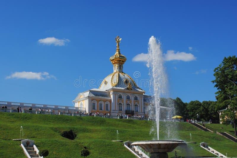 PETERHOF, RUSSLAND - 1. JULI 2011: Szenische Ansicht der großartigen Kaskade in Petergof stockbilder