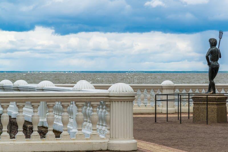Peterhof, Russland - 3. Juni 2017 Die Skulptur von Neptun auf Damm des Finnischen Meerbusens lizenzfreies stockfoto