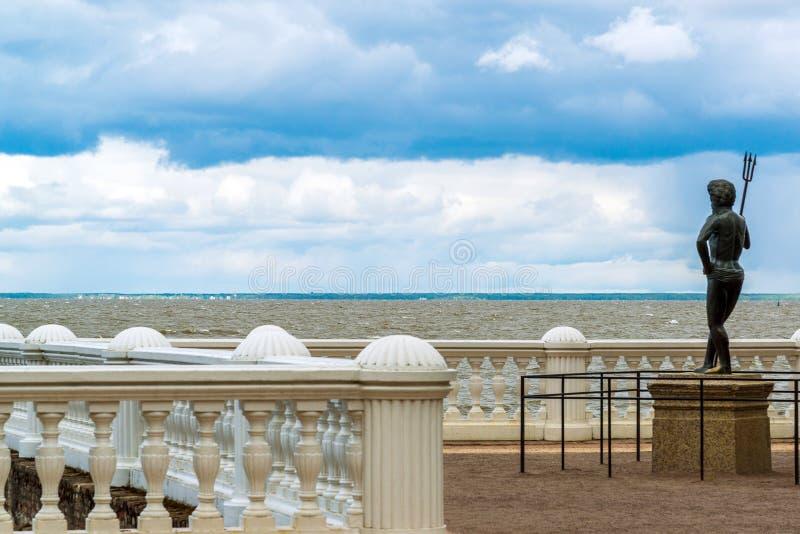 Peterhof, Russland - 3. Juni 2017 Die Skulptur von Neptun auf Damm des Finnischen Meerbusens lizenzfreie stockbilder