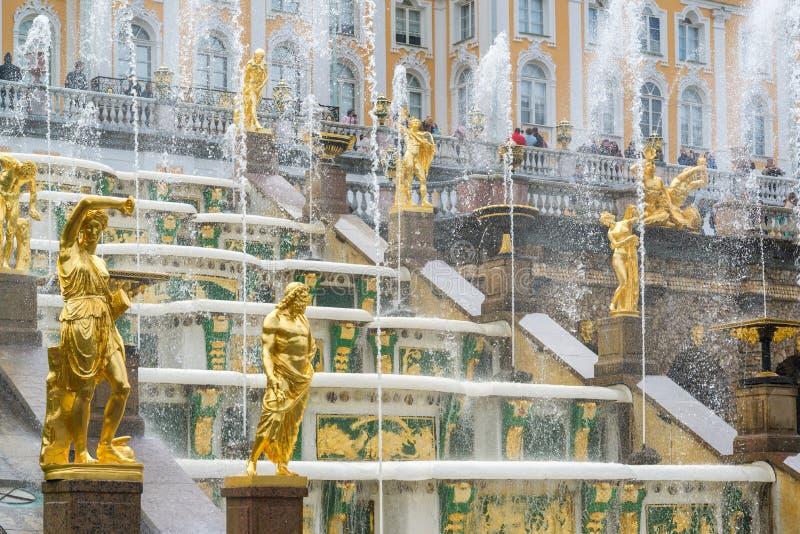 Peterhof, Russland - 3. Juni 2017 Großer Kaskaden-Brunnen lizenzfreies stockbild