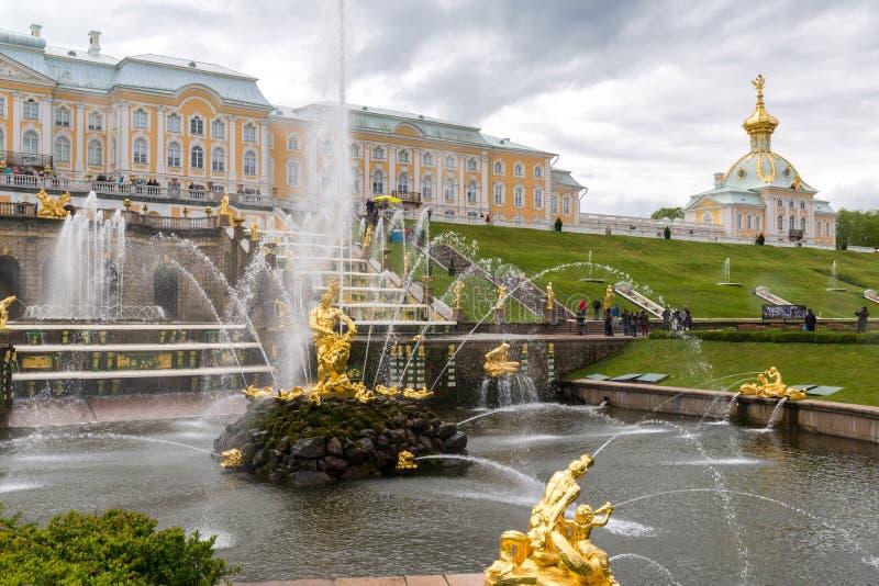 Peterhof, Russland - 3. Juni 2017 Großer Kaskaden-Brunnen lizenzfreie stockfotos