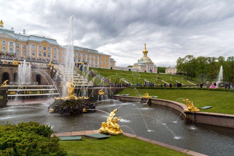 Peterhof, Russland - 3. Juni 2017 Großer Kaskaden-Brunnen stockbilder