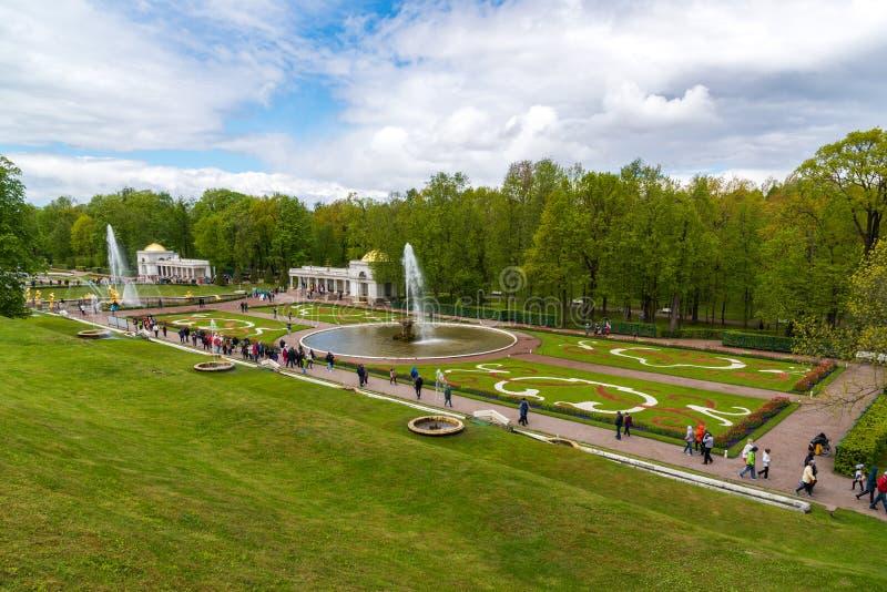 Peterhof, Russland - 3. Juni 2017 Park mit Brunnen vor dem Palast stockfotos