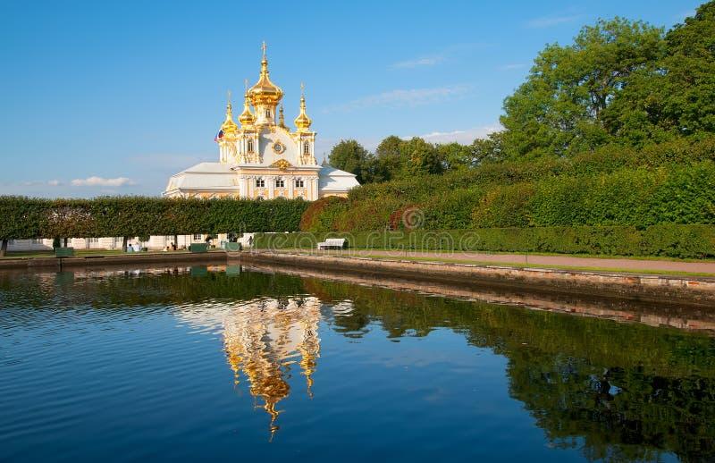 peterhof Ryssland Östligt fyrkantigt damm och slottkyrkan arkivfoton