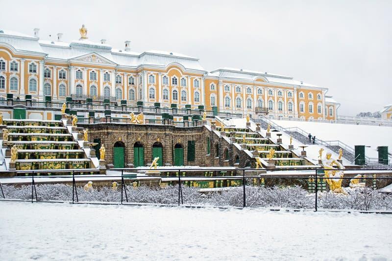 peterhof Ryssland Den storslagna kaskaden och slotten royaltyfria foton