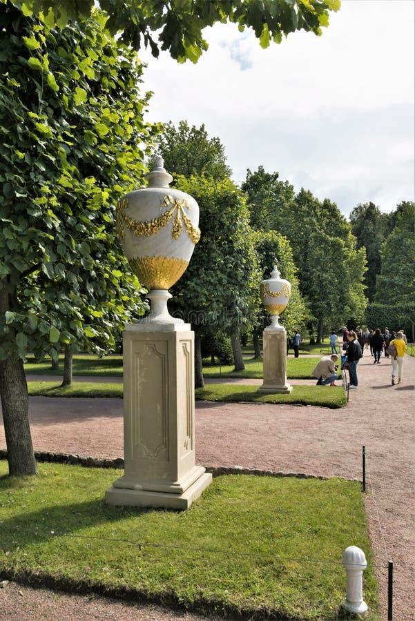 Peterhof Ryssland, Juli 2019 Dekorativa vaser på banorna av parkerar royaltyfria bilder