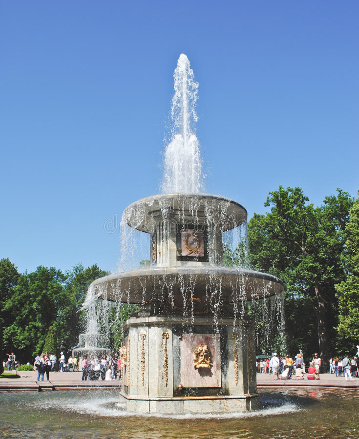 PETERHOF RYSSLAND - 21 Maj, 2017: Springbrunn av den Peterhof slotten i trädgårdar Bunkespringbrunnen av lägre parkerar royaltyfria bilder