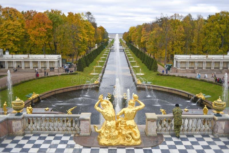 Peterhof Ryssland, Oktober 5, 2016: Parkera med springbrunnen och kanalen fotografering för bildbyråer