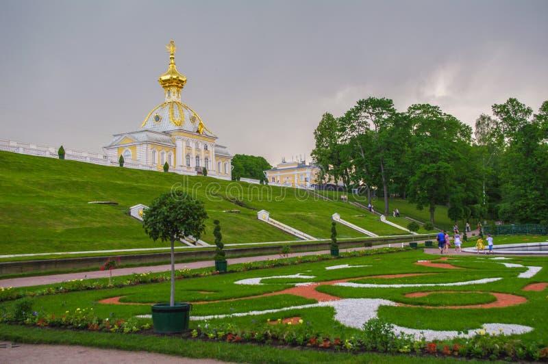 PETERHOF, SAN PIETROBURGO, RUSSIA - 6 GIUGNO 2014: il palazzo superiore del parco è stato incluso nella lista del patrimonio mond immagini stock