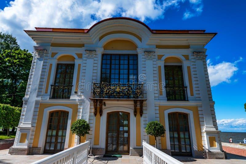 PETERHOF ST PETERSBURG - JUNI 10, 2015: Marli slott i Peterhof, Ryssland royaltyfri fotografi