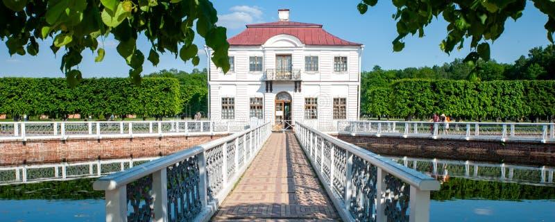 PETERHOF, ST PETERSBURG, RUSIA, EL 6 DE JUNIO DE 2019: Marly Palace fotografía de archivo libre de regalías