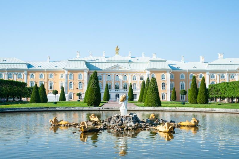 Peterhof, ST PETERSBURG, RUSSLAND - 6. JUNI 2019: Großartiger Palast und Brunnen Peterhof im oberen Garten von Peterhof lizenzfreies stockfoto