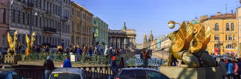 petersburg bridżowy okhtinsky święty Russia Kwiecień, 2015 Gryf rzeźba z gi zdjęcia stock