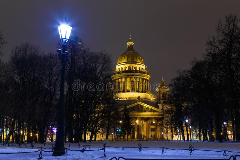 petersburg bridżowy okhtinsky święty Russia St Isaac katedra w światłach wieczór miasto Widok od pałac kwadrata w St Petersburg fotografia royalty free